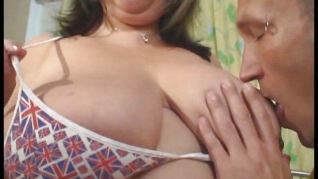 Une belle brune réveille son mec sexy avec une viol gay porno pipe et baise avec lui