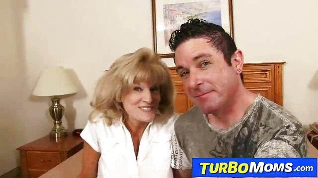 La salope court dans la pièce à la recherche d'un vibromasseur pour se faire baiser porno hub gratuit