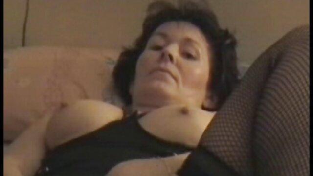 Une porno film gratuit salope mature a baisé la fille d'une copine près de la cheminée