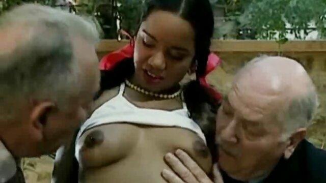 Bébé sexy Lyn Hoyt caresse la chatte et baise hot kiss porno avec un mec