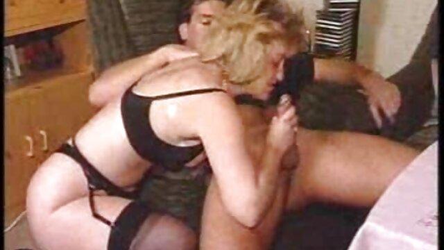 Une jeune salope suce une bite à son mec près porno bandage d'un baril de poubelle