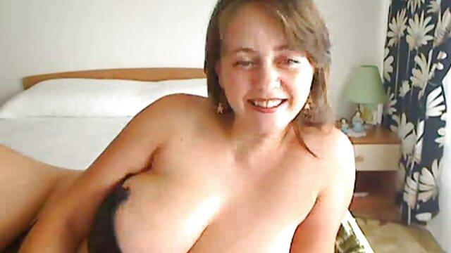 La jeune Kendal gémit porno salle de bain sur une belle bite