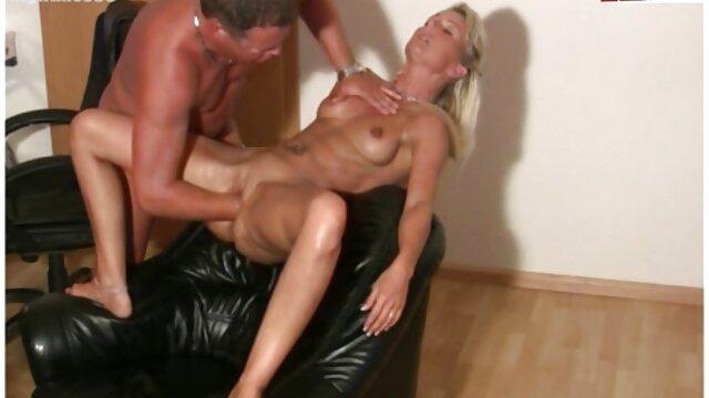 Plantureuse salope blonde baise porno pour fille avec un homme dans un bâtiment abandonné