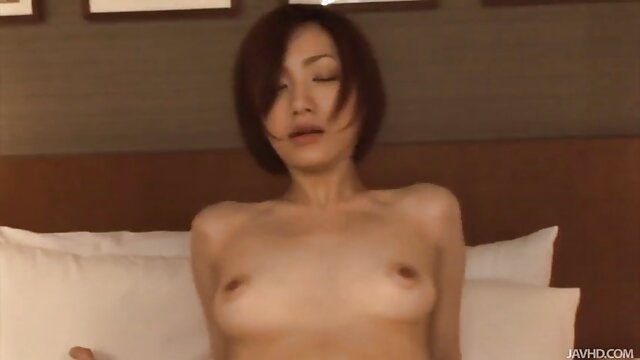 La brune a reçu vintage film porn un SMS et masturbe une chatte excitée près de la fenêtre