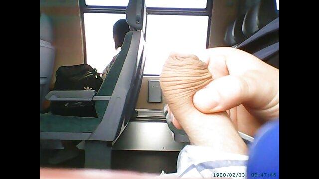 Une scène très film sex sister chaude avec une jeune fille asiatique appétissante, qui a assis son petit ami bien-aimé sur un fauteuil moelleux et avec l'incroyable habileté d'une vraie salope qui suçait son gros piston lourd avec des lèvres douces