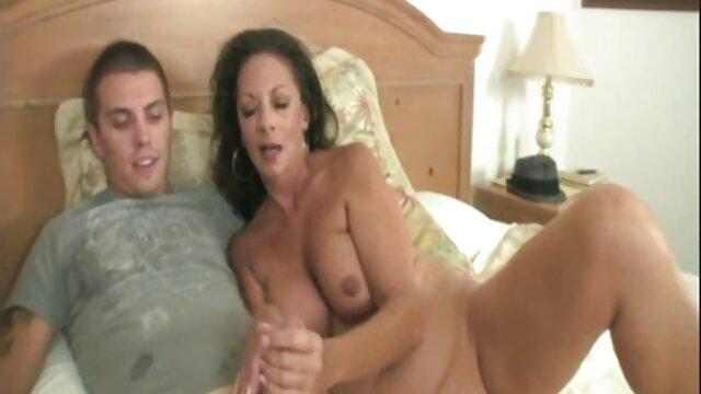 Femme asiatique baisée sur un film porno espagnol canapé noir