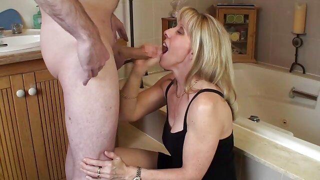 Une jeune brune porno homme et animal lèche l'anus de son amie et elle pète dans le nez