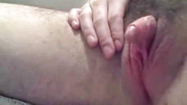 Salope aux sex mère et fils cheveux roux caresse sa chatte avec ses doigts et gémit doucement