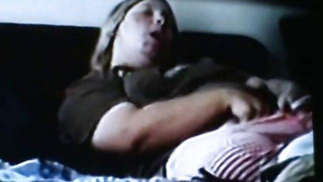 Trois jeunes chiennes baisent un jeune étalon avec un strapon épais, films sexe gratuit les chiennes le tournent littéralement sur leurs bites en caoutchouc