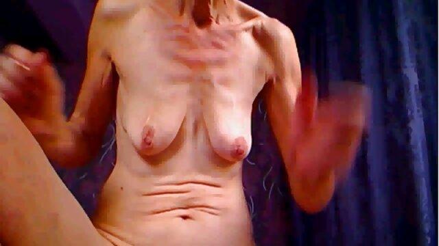 Le mec filme en vidéo comment deux filles sont engagées dans le sexe lesbien, c'est une vidéo amateur de copines, l'une d'elles est allongée sur le lit avec les jambes écartées, et la seconde lui lèche nikita bellucci nude la chatte