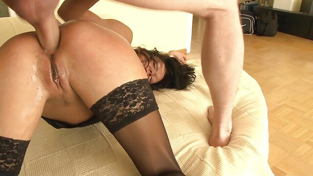 La belle porno exterieur brune Celeste Star se baise avec un gode