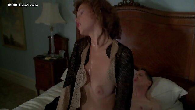 Jolie brune écarte les cuisses et baise comme porno wc une salope