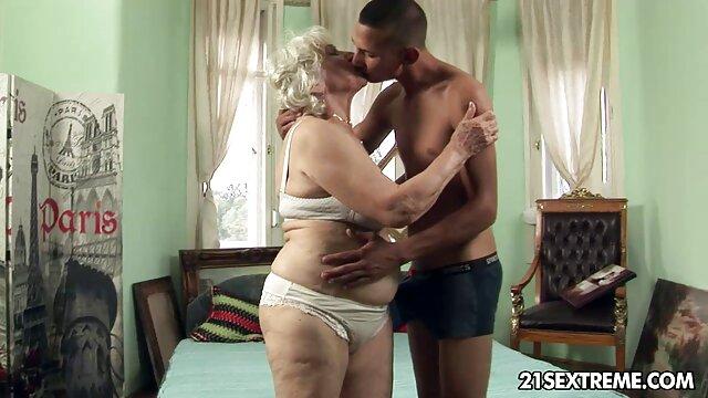 Une film porno girl beauté avec de belles et grosses traites en silicone laissant entrer dans son vagin un gros pénis de garçon musclé