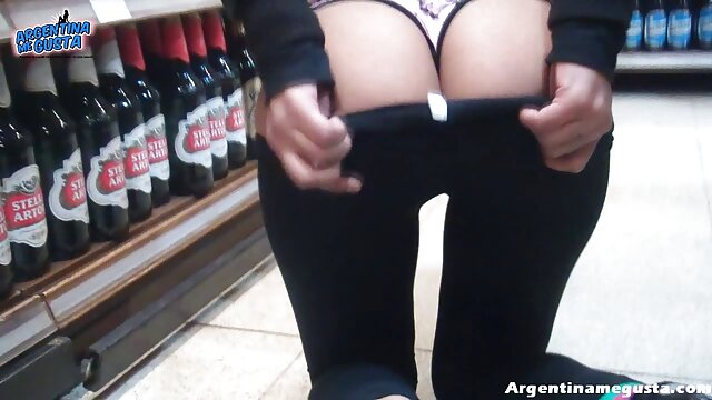 Une belle blonde se promène film porno sauvage dans l'appartement en bas